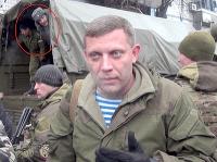 Ruský vojak v pozadí za veliteľom doneckých jednotiek Alexandrom Zacharčenkom. (22.1.2015)