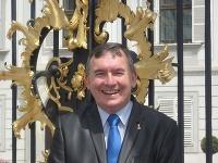 Barón Jozef Grasalkovič pred Prezidentským palácom