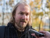 Vladimír Crmoman dvíha zástavu učiteľov.