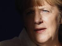 Angela Merkelová má hlavu v smútku. Kritizujú ju aj nemecké médiá.