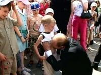 Putin bozkáva brucho malého chlapca.