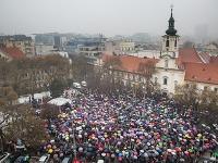 Štrajk podporuje viac ako tisíc učiteľov, študentov a rodičov priamo na námestí.