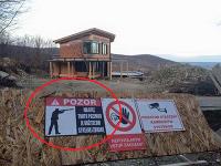 Majiteľ pozemku je naozaj nebezpečný.