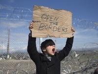 Otvorte hranice!, kričí malý chlapec, ktorý uviazol v Grécku