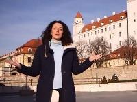 Redaktorka Eve Irvineová pred Bratislavským hradom.