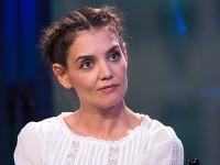 Katie Holmes sa tvári, akoby o podprsenke nikdy v živote nepočula...