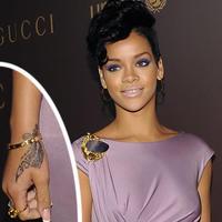 Rihanna so záhadným tetovaním na ruke. 20.11.2008 22:00