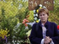 Matka zavraždeného Anna Remiášová počas panychídy za Róberta Remiáša pri spomienkovom kríži na Karloveskej ceste. Róberta Remiáša zavraždili pred 20 rokmi, večer 29. apríla 1996. Bratislava, 29. apríl 2015.