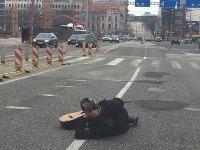 Opitý muž na ceste.