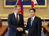 Sergei Lavrov a japonský kolega Fumio Kishida