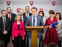 Opozícia chce o škandále mimoriadne rokovať v parlamente.