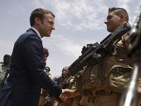 Emmanuel Macron na základni v Mali.
