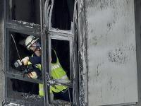 Hasiči prehľadávajú zhoretý interiér Grenfelskej veže v Londýne po požiari, ktorý usmrtil najmenej 30 ľudí.