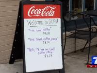 """""""Výchovná"""" ceduľa pred kaviarňou."""