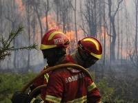 Portugalskí hasiči sa usilujú zastaviť lesný požiar v dedine Figueiro dos Vinhos v centrálnom Portugalsku