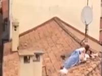 Rozvášnená dvojica sexuje na streche