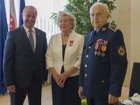 Minister obrany SR Peter Gajdoš (vľavo) prijal na Ministerstve obrany SR veterána západného odboja brig. gen. Milana Píku (vpravo) pri príležitosti jeho 95. narodenín a pani Ailsu Domanovú (uprostred) , ktorá v máji oslávila 90. narodeniny.