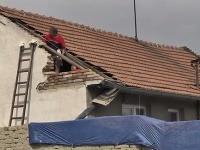 Poškodilo 15 domov.