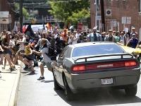 Do protestujúceho davu ľudí vrazilo auto.