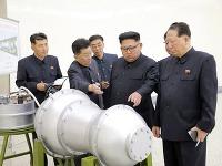 Kim Čong un si prezerá novú bombu.