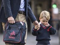 Princ George na svojej prvej ceste do školy.