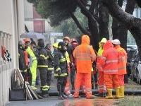 Na snímke záchranári a hasiči pracujú na mieste, kde prišli o život piati ľudia po záplavách v talianskom meste Livorno.
