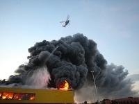 Nákupné centrum v Moskve pod plameňmi