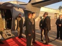 Prezident nastupuje do vojenského lietadla.