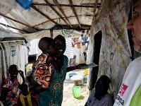 JUŽNÝ SUDÁN. Juba, 2017. MAGNA terénny pracovník počas návštevy pacienta v tábore pre vnútorne vysídlených ľudí. MAGNA zdravotníci poskytujú pre vyše 60 tisíc ľudí rutinné očkovania a prevádzkujú očkovacie kampane proti závažným ochoreniam.