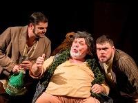 Zľava Marek Gurbaľ ako Pistola, Peter Mikuláš ako Falstaff a Anton Baculík ako Bardolfo v novom naštudovaní opery Falstaff v Štátnom divadle Košice.