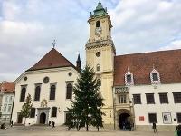 Na Hlavnom námestí už stojí vianočný stromček.
