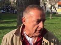 Fedor Flašík venčil psa pred centrálou Smeru
