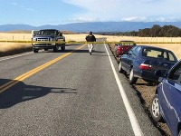 Policajná páska blokuje cestu vedúcu do obce Rancho Tehama Reserve  na severe amerického štátu Kalifornia