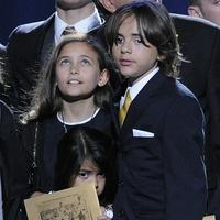 Jacksonove deti zľava Paris, Prince Michael I., Prince Michael II. (dole)
