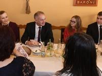 Prezident SR Andrej Kiska navštívil v Spišskej Novej Vsi rodiny v núdzi, zúčastnil sa s nimi na vianočnom obede a odovzdal vianočné darčeky.