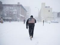 Muž kráča počas snehovej búrky v Atlantic City