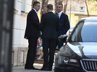 Zľava: Martin Glváč, Viktor Stromček a Richard Raši pred Úradom vlády SR