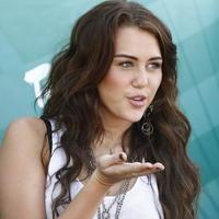 http://img.topky.sk/215620.jpg/Miley-Cyrus-29--august-SITA.jpg