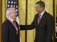 Barack Obama odovzdal Jánovi Vilčekovi v roku 2013 najvyššie americké ocenenie za vedu a technológiu