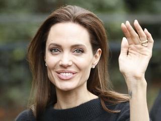 Ruka herečky Angeliny Jolie je hrozivo vychudnutá.