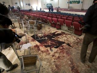 Životy 135 detí si vyžiadal útok samovražedných atentátnikov z islamistického hnutia Taliban v komplexe štátnej vojenskej školy v meste Pešávar na severe Pakistanu.