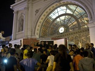 Migranti pred stanicou Keleti pályaudvar