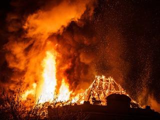 Na snímke plamene šľahajú zo strechy budovy Univerzity Pavla Jozefa Šafárika