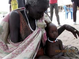 Južný Sudán, oblasť Duk, 2017. O podvyživenú 8-mesačnú Nauyen sa v neprítomnosti matky stará babička. Fotografia z domácej návštevy MAGNA pracovníkmi.