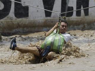 Záplavy v Peru si zatiaľ vyžiadali 72 obetí.