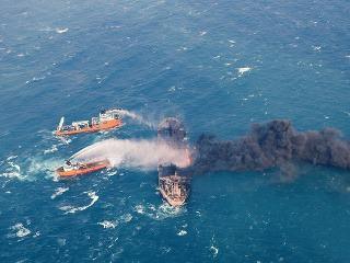 Z paluby horiaceho tankera vyzdvihli telá dvoch námorníkov