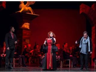 Zľava Martin Kovács aTomáš Černý v novej opernej inscenácii Hoffmannove poviedky v Štátnom divadle Košice.