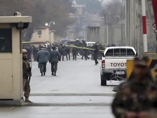 Bezpečenostné zložky hliadkujú  neďaleko afganskej centrály NATO v Kábule, kde sa odpálil samovražedný atentátnik v sobotu ráno