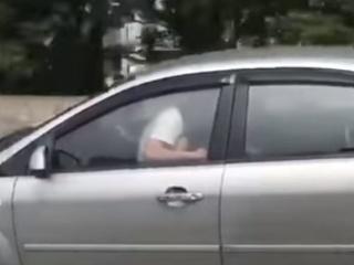 Namiesto šoférovanie uspokojuje svoju partnerku
