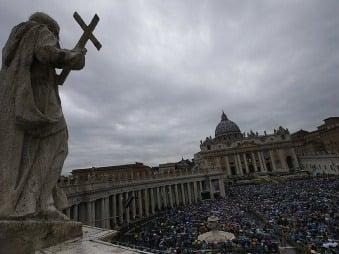 Nad Vatikánom sa zaťahujú mraky: Cirkev čelí škandálom, orgie s členmi gardy aj vražda!
